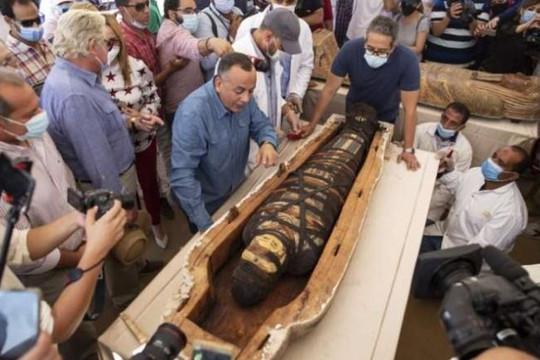 Ai Cập mở quan tài 2.500 năm tuổi tìm thấy ở nghĩa trang Saqqara