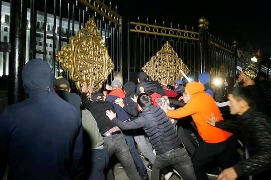 Người biểu tình Kyrgyzstan chiếm trụ sở chính quyền