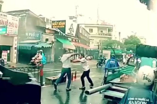 Clip tài xế ô tô và taxi Vinasun dừng xe giữa đường, đánh nhau dưới mưa