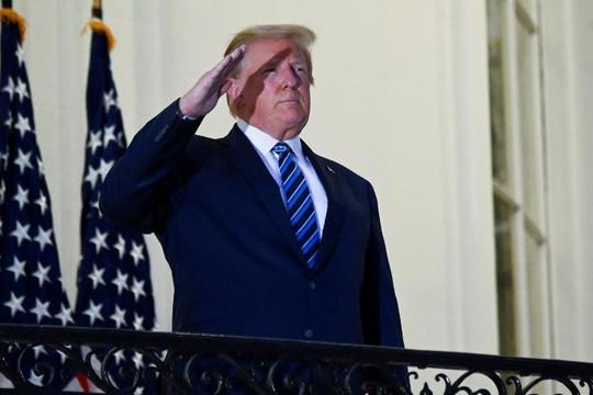 Ông Trump nói mắc COVID-19 là phước lành từ Chúa, hứa cấp thuốc điều trị miễn phí cho mọi người Mỹ