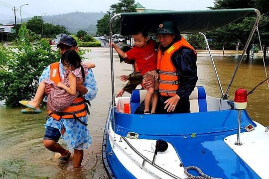 VIDEO: Bộ đội cứu người dân bị kẹt ở vùng lũ Quảng Trị
