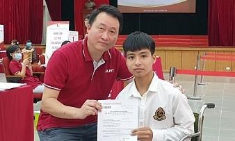 Nam sinh 10 năm được bạn cõng chọn Đại học Bách khoa Hà Nội