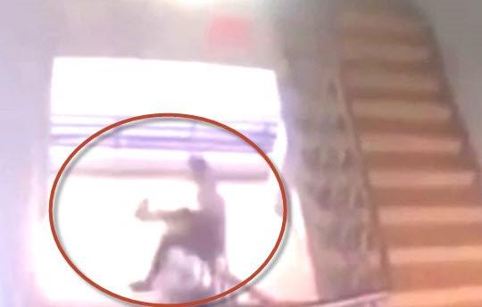 Clip nam sinh trượt lan can cầu thang ngã tử vong ở Đồng Nai