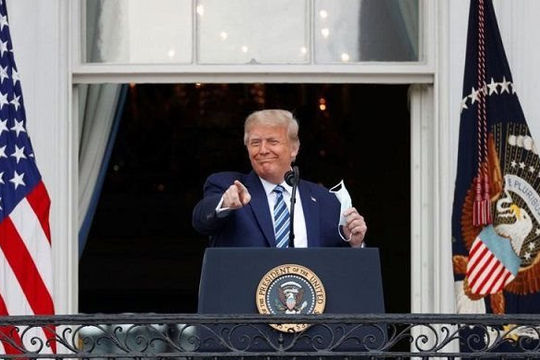 Ông Trump xuất hiện trước công chúng lần đầu sau khi xuất viện