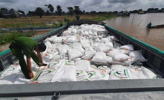 An Giang: Cặp vợ chồng dùng ghe vận chuyển 100 tấn đường cát nhập lậu
