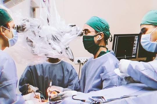 Bác sĩ cứu người đàn ông thoát liệt toàn thân trong gang tấc