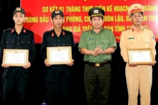 Khen thưởng 3 chiến sĩ công an cứu cặp vợ chồng gặp nạn trên sông
