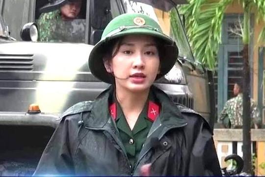 Clip nữ MC trẻ đẹp xung phong vào vùng lũ miền Trung nguy hiểm tác nghiệp