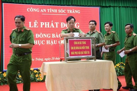 Công an tỉnh Sóc Trăng ủng hộ đồng bào miền Trung trên 700 triệu đồng