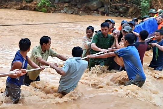 Quảng Trị: Vượt lũ, băng rừng hơn 40km đưa thi thể đồng đội trở về
