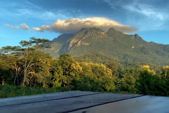 """Độc đáo đám mây hình """"chiếc nón"""" che phủ ngọn núi ở Thái Lan"""