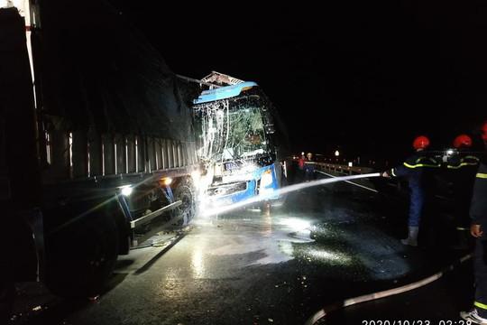 Tai nạn xe khách trong đêm 1 người chết, 14 người cấp cứu