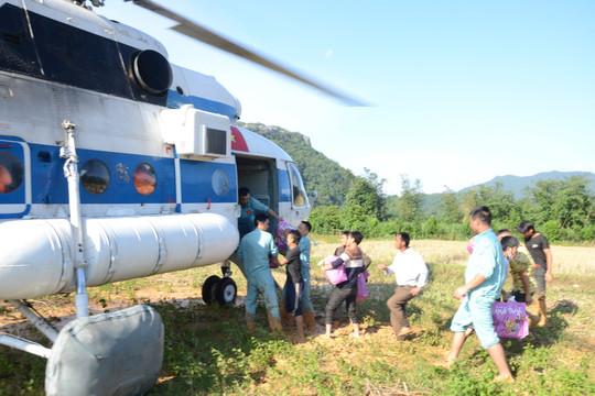Máy bay đã đưa hàng cứu trợ vào 2 xã bị chia cắt của tỉnh Quảng Trị