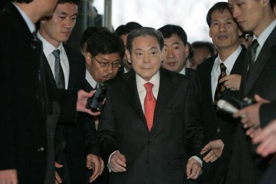 Chủ tịch Samsung tự đốt số thiết bị 50 triệu USD, chấm dứt vị thế của Nokia, đánh bại Apple