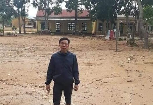Xót xa cảnh trường học ngập trong bùn sau mưa lũ ở Quảng Trị