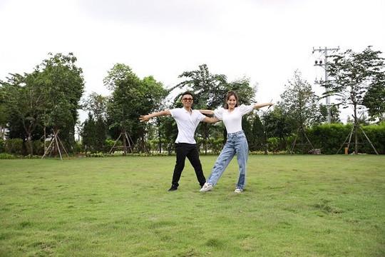 Khánh Thi - Phan Hiển và điệu nhảy ngẫu hứng giữa vườn xanh