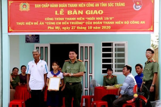 Sóc Trăng: Bàn giao nhà cho em học sinh nghèo người dân tộc