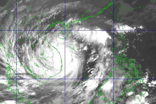 Bão số 9 giật cấp 15 đang trên vùng biển Đà Nẵng - Phú Yên, cách Quảng Ngãi 115 km, gây mưa to ở miền Trung