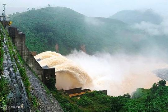 11 hồ thủy điện ở miền Trung đang xả lũ thế nào?