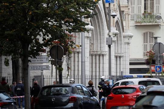 Kẻ thủ ác giết 3 người chết, chặt đầu 1 phụ nữ ở  nhà thờ Đức Bà