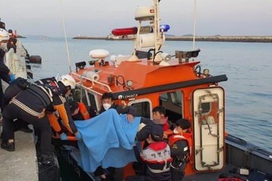 Tàu cá lao vào trụ cầu, 3 người chết, 19 bị thương