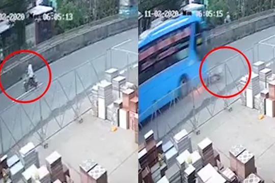 Clip tài xế quay đầu xe đi ngược chiều bị ô tô khách tông văng xa, chết thảm