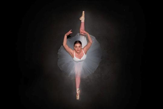 Vẻ đẹp của vũ công múa ballet từ trên không