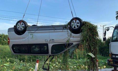 Clip xe khách lật úp vì phóng nhanh lao xuống hồ ở Campuchia, 6 người Việt thiệt mạng