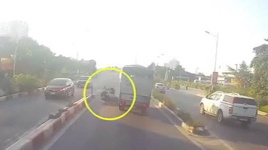 Clip xe tải tông văng thanh niên đi ngược chiều trên cầu vượt: Bị thương nặng vẫn phải bồi thường?!