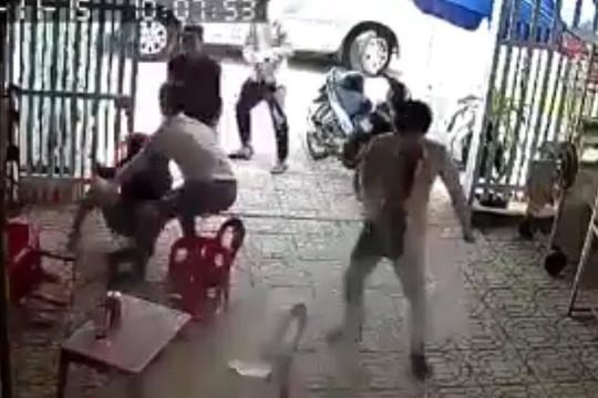 Clip vợ bị nhóm bắt cóc kéo lê ra ô tô, chồng đâm chết người