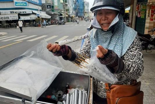 Kem ống - món ăn vặt của tuổi thơ xuất hiện trở lại trên các đường phố