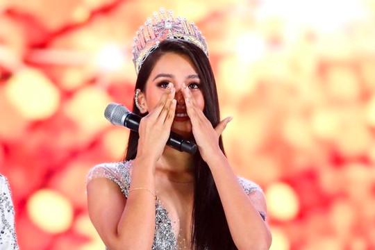 VIDEO: Hoa hậu Trần Tiểu Vy khóc trước lúc chuyển giao vương miện
