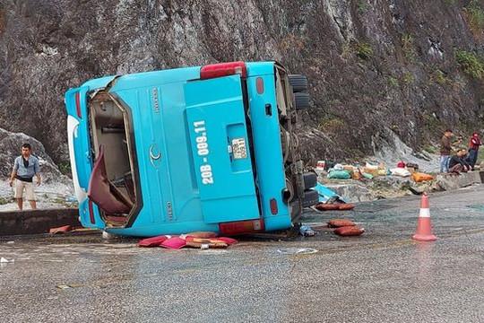 Xe khách giường nằm lật nghiêng, 2 người chết, 10 người bị thương