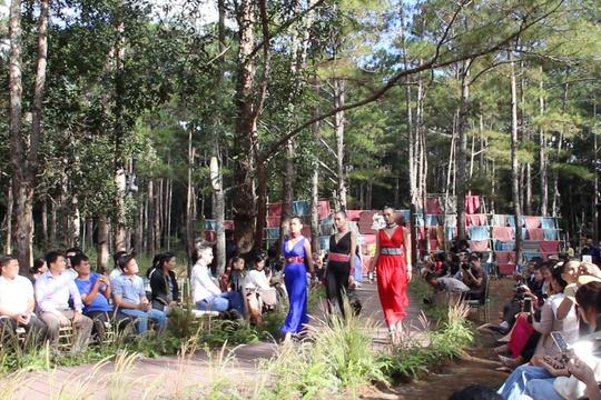 Video người đẹp trình diễn bộ sưu tập của NTK Tây Ban Nha giữa rừng thông Đắk Nông