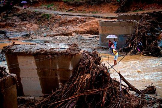 Quảng Nam: Đu cầu treo tự chế vượt suối nhận hàng cứu trợ