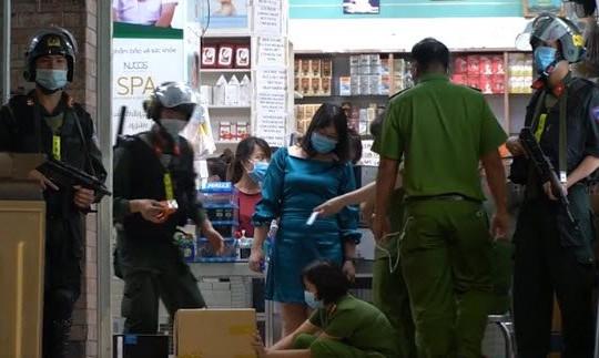 Nhiều cảnh sát mang súng khám xét hệ thống nhà thuốc lớn nhất Đồng Nai