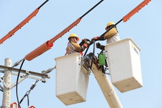 """EVNHCMC: """"Nóng"""" như sửa điện nóng live-line"""