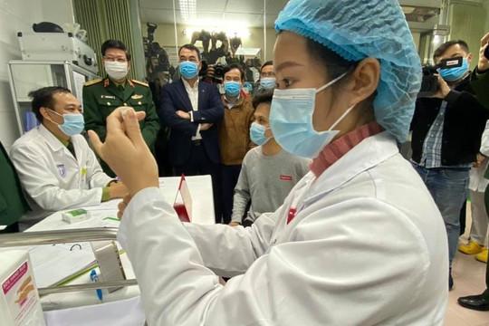 Thông tin mới về sức khỏe 3 người đầu tiên tiêm vắc xin COVID-19