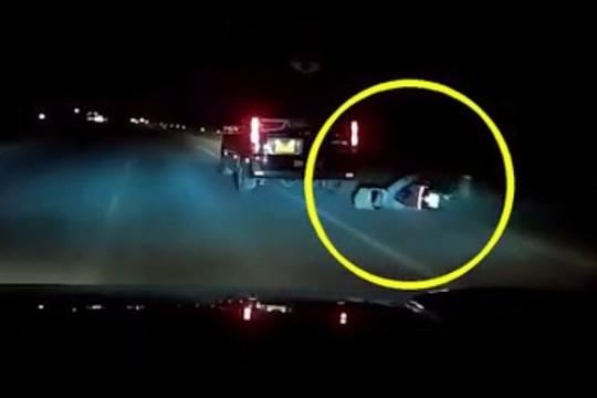 Clip tài xế Limousine bị tạt đầu cố tình chèn ngã người đi xe máy rồi bỏ chạy: Xử lý ra sao?