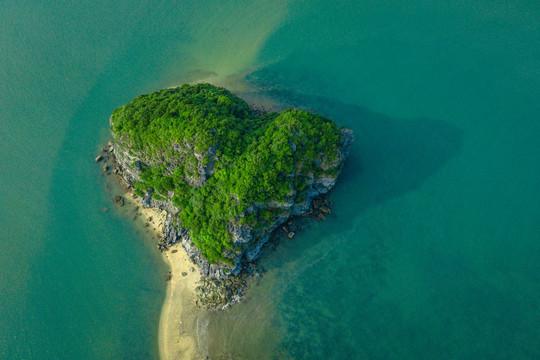 Phát hiện hòn đảo mang hình trái tim trên vịnh Lan Hạ