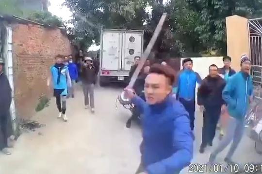 Clip đám trai làng hung hãn đập phá xe tải vì tài xế bấm còi to khi tắc đường