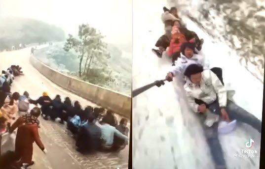 Clip hàng chục bạn trẻ đua nhau trượt băng trên đèo lên Sa Pa khi xe không thể di chuyển