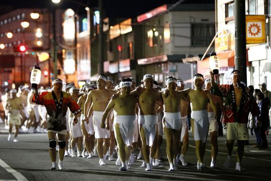 Lễ hội khoả thân kỳ lạ ở Nhật Bản ảnh hưởng vì dịch bệnh