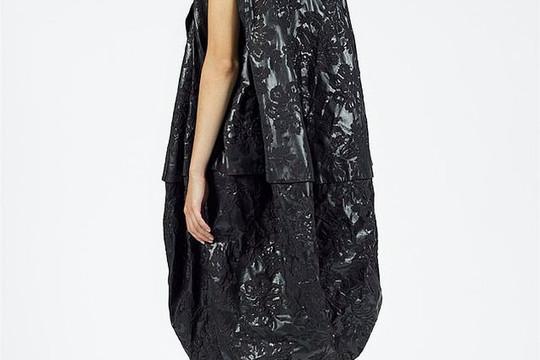 Hãng thời trang Anh gây sốc với thiết kế váy phồng như túi đựng rác