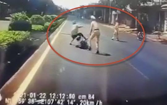 Clip CSGT xông ra giữa đường cản người lái xe máy liên tục tạt đầu ô tô trên quốc lộ