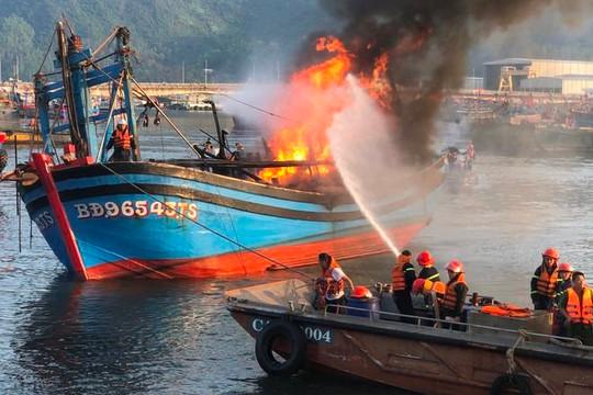 Cháy tàu cá ở Đà Nẵng sáng Mùng 3 Tết: Nghe tiếng nổ lớn trước khi lửa bùng phát