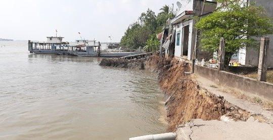 Vĩnh Long: Phà đang rước khách thì bến sạt lở, 10 người rơi xuống sông Hậu