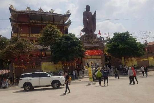 Hàng ngàn khách du lịch đổ về xem tượng Phật cao 24 mét ở An Giang