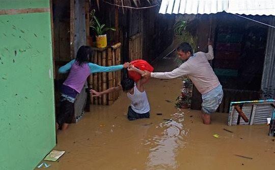 Philippines: Bão Dujuan đổ bộ, hơn 5.000 người phải sơ tán; Việt Nam: Mưa nhỏ ở Bắc Bộ và Bắc Trung Bộ
