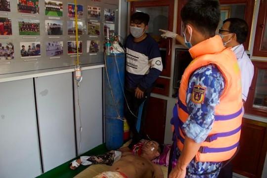Kiên Giang: Điều tàu cảnh sát biển cứu hai ngư dân gặp nạn trên biển